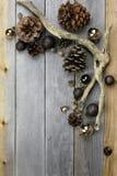 Decorazioni di Natale e fondo di legno naturale della struttura della natura Immagine Stock