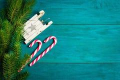 Decorazioni di Natale e rami dell'abete rosso Fotografie Stock
