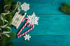 Decorazioni di Natale e rami dell'abete rosso Immagini Stock