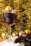 Decorazioni di natale e vino rosso fotografie stock