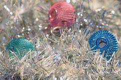 Decorazioni di Natale, fondo della sfuocatura Fotografie Stock Libere da Diritti