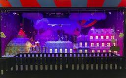 Decorazioni di Natale nella finestra del negozio di un Galeries parigino Immagini Stock Libere da Diritti