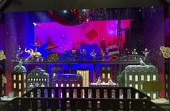 Decorazioni di Natale nella finestra del negozio di un Galeries parigino Immagine Stock