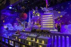 Decorazioni di Natale nella finestra del negozio di un Printemps parigino Immagini Stock Libere da Diritti