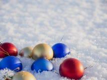Decorazioni di natale nella neve Immagine Stock