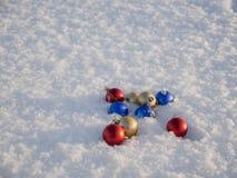 Decorazioni di natale nella neve Immagini Stock Libere da Diritti