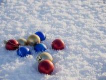 Decorazioni di natale nella neve Immagini Stock