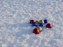 Decorazioni di natale nella neve Fotografie Stock Libere da Diritti
