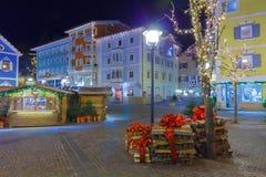 Decorazioni di Natale in Ortisei Italia alla notte Fotografie Stock