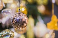 Decorazioni di Natale palla di rame di natale dell'abete dei rami sulla bella Fotografia Stock
