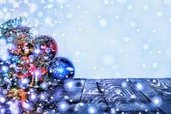 Decorazioni di Natale, di palle colorate multi e regali con un albero di Natale su un fondo di legno con una copia dello spazio l Fotografia Stock