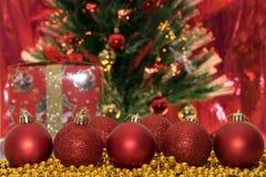 Decorazioni di Natale, palle rosse su un fondo rosso immagine stock