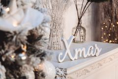 Decorazioni di Natale: parola bianca e l'angelo e l'albero di Natale fotografie stock libere da diritti