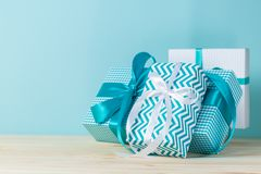Decorazioni di Natale - presente variopinti su fondo blu Immagine Stock Libera da Diritti