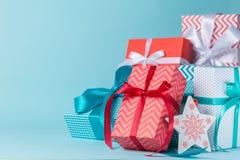 Decorazioni di Natale - presente variopinti su fondo blu Immagini Stock Libere da Diritti
