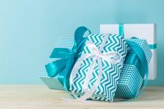 Decorazioni di Natale - presente variopinti su fondo blu Immagini Stock