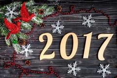 Decorazioni di Natale, rami attillati sulla vista superiore del fondo di legno scuro Fotografia Stock