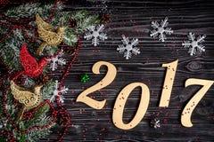 Decorazioni di Natale, rami attillati sulla vista superiore del fondo di legno scuro Immagine Stock Libera da Diritti