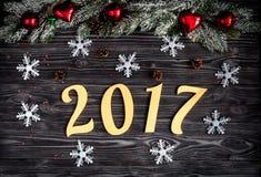 Decorazioni di Natale, rami attillati sulla vista superiore del fondo di legno scuro Immagine Stock