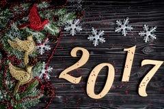 Decorazioni di Natale, rami attillati sulla vista superiore del fondo di legno scuro Immagini Stock Libere da Diritti