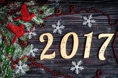 Decorazioni di Natale, rami attillati sulla vista superiore del fondo di legno scuro Fotografia Stock Libera da Diritti