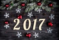 Decorazioni di Natale, rami attillati sulla vista superiore del fondo di legno scuro Fotografie Stock