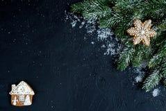 Decorazioni di Natale, rami attillati sulla vista superiore del fondo scuro Immagini Stock
