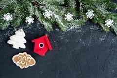 Decorazioni di Natale, rami attillati sulla vista superiore del fondo scuro Fotografie Stock