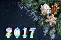 Decorazioni di Natale, rami attillati sulla vista superiore del fondo scuro Fotografia Stock