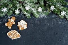 Decorazioni di Natale, rami attillati sulla vista superiore del fondo scuro Fotografia Stock Libera da Diritti