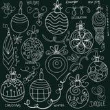 Decorazioni di Natale di scarabocchio sulla lavagna royalty illustrazione gratis