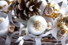 Decorazioni di Natale su fondo bianco immagine stock