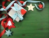 Decorazioni di Natale su fondo di legno verde d'annata, con il regalo d'argento Fotografie Stock