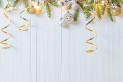 Decorazioni di Natale su fondo di legno bianco Immagine Stock Libera da Diritti