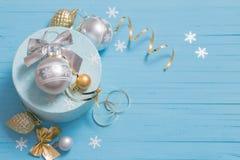 Decorazioni di Natale su fondo di legno blu Fotografia Stock Libera da Diritti
