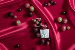 Decorazioni di Natale su fondo rosso Fotografie Stock Libere da Diritti