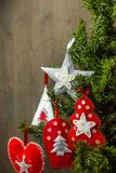 Decorazioni di Natale su un albero di Natale - il feltro gioca Fotografie Stock