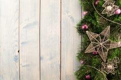 Decorazioni di natale su una priorità bassa di legno Fotografie Stock Libere da Diritti