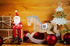 Decorazioni di Natale su una tabella di legno Fotografia Stock Libera da Diritti