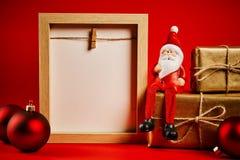 Decorazioni di Natale su una tavola di legno con la struttura in bianco Immagini Stock