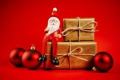 Decorazioni di Natale su una tavola di legno con Santa Fotografia Stock
