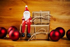 Decorazioni di Natale su una tavola di legno con Santa Fotografie Stock Libere da Diritti