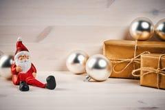 Decorazioni di Natale su una tavola di legno con Santa Immagine Stock