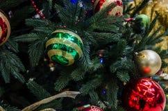 Decorazioni di Natale sugli alberi di Natale e sulle luci immagine stock