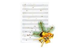 Decorazioni di Natale sugli strati di musica, primo piano fotografie stock libere da diritti