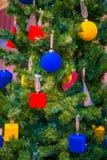 Decorazioni di Natale sui rami dell'albero di abete Fotografia Stock Libera da Diritti