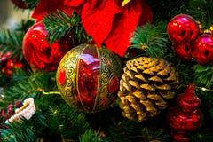Decorazioni di Natale sui rami dell'albero di abete Fotografia Stock