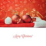 Decorazioni di Natale sul cappello di Santa con lo spazio bianco della copia Fotografia Stock Libera da Diritti