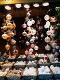 Decorazioni di Natale sul mercato Immagine Stock
