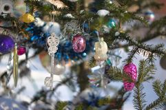 Decorazioni di Natale sul pino Immagini Stock Libere da Diritti